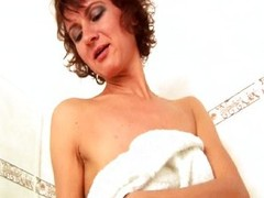 MILF lean to fucks pussy increased by asshole