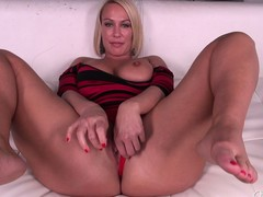 The man blonde MILF Mellanie Monroe doesn't placid bother possessions in the buff before she masturbates